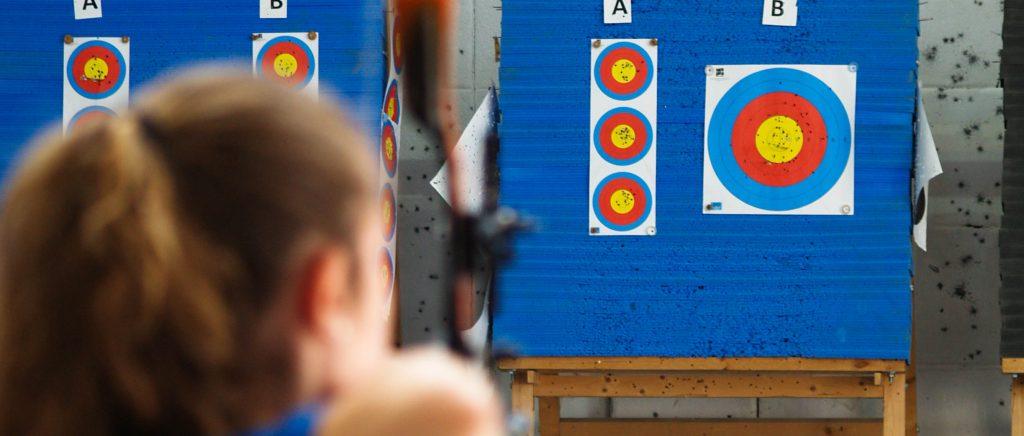 Competición en la Sala de Tiro con Arco de Eypos
